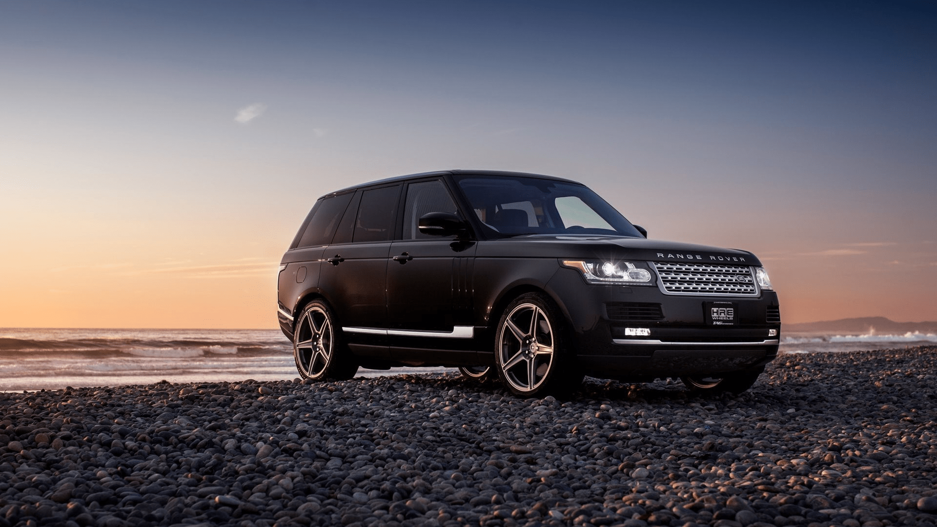 Range Rover на фоне заката.
